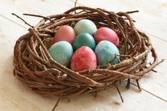 Cestino con le uova di Pasqua Fotografie Stock Libere da Diritti