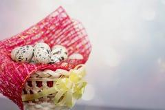 Cestino con le uova di Pasqua Fotografie Stock