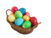 Cestino con le uova di Pasqua variopinte Fotografia Stock