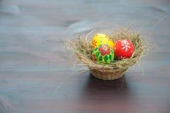 Cestino con le uova verniciate Fotografie Stock