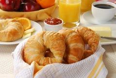 Cestino dei croissants fotografia stock