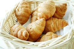 Cestino del croissant caldo fresco Fotografie Stock Libere da Diritti