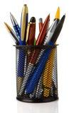 Cestino del supporto in pieno delle penne isolate su bianco Fotografie Stock Libere da Diritti