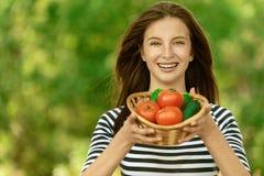 Cestino della holding della donna dei pomodori Fotografia Stock Libera da Diritti