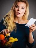 Cestino della spesa colpito della tenuta della donna con i frutti fotografie stock
