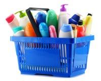 Cestino della spesa con i prodotti di cura e di bellezza del corpo sopra bianco Immagine Stock Libera da Diritti