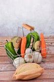 Cestino della spesa con le verdure, il pane e le prerogative Fotografia Stock