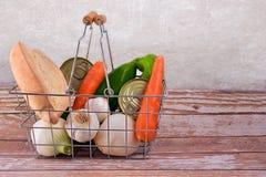 Cestino della spesa con le verdure, il pane e le prerogative Immagini Stock