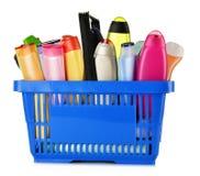 Cestino della spesa di plastica con i prodotti di cura e di bellezza del corpo Fotografie Stock