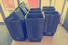 cestino della spesa grigio vuoto nel grande magazzino Fotografie Stock
