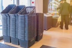 cestino della spesa grigio vuoto nel grande magazzino Fotografia Stock Libera da Diritti