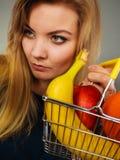 Cestino della spesa della tenuta della donna con i frutti dentro Fotografie Stock