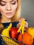 Cestino della spesa della tenuta della donna con i frutti dentro Fotografia Stock
