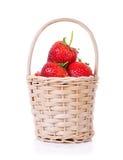 Cestino delle fragole su priorità bassa bianca Fotografie Stock