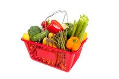 Cestino di acquisto rosso con le verdure su bianco Fotografie Stock Libere da Diritti