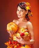 Cestino di autunno della holding della donna. Immagine Stock