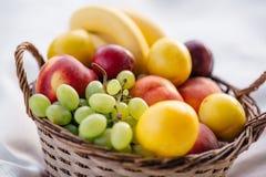 Cestino di frutta su una priorità bassa bianca Immagini Stock