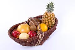Cestino di frutta tropicale Immagini Stock Libere da Diritti