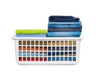 Cestino di lavanderia con i vestiti piegati Fotografie Stock Libere da Diritti