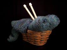 Cestino di lavoro a maglia con gli aghi Fotografie Stock