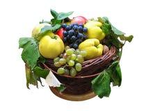 Cestino di legno con la frutta della raccolta di autunno isolata immagini stock libere da diritti