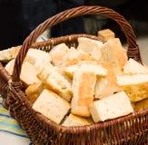 Cestino di pane fatto domestico su una tabella Fotografia Stock