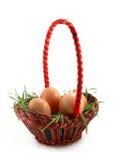 Cestino di Pasqua con erba e le uova bianche Fotografia Stock