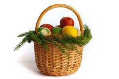 Cestino di Pasqua con le uova. su bianco. Immagini Stock
