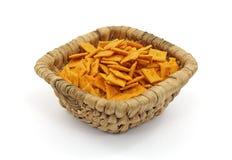 Cestino di piccoli cracker quadrati del formaggio Immagine Stock Libera da Diritti
