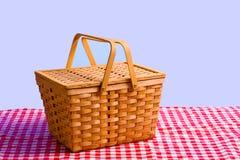 Cestino di picnic sulla Tabella Fotografia Stock Libera da Diritti