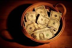 Cestino di soldi Fotografie Stock Libere da Diritti