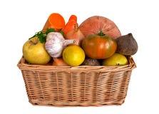 Cestino di vimini con le frutta e le verdure Fotografia Stock Libera da Diritti