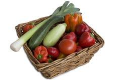 Cestino di vimini in pieno delle verdure Immagini Stock