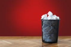 Cestino di wastepaper pieno Fotografia Stock Libera da Diritti