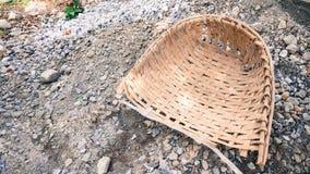 Cestino per la carta straccia di bambù Immagini Stock Libere da Diritti