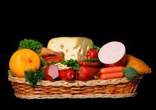 Cestino in pieno della drogheria del formaggio e della carne Immagine Stock