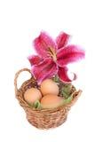Cestino tradizionale di pasqua con il fiore del giglio Fotografia Stock