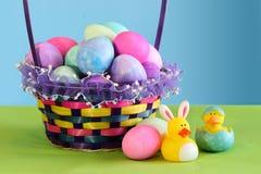 Cestino variopinto dell'uovo di Pasqua Fotografia Stock