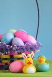 Cestino variopinto dell'uovo di Pasqua Fotografia Stock Libera da Diritti