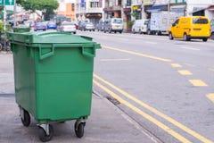 Cestino verde del contenitore o dell'immondizia del recipiente di riciclaggio sulla via Fotografia Stock
