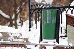 Cestino verde del contenitore o dell'immondizia del recipiente di riciclaggio sulla via della città Fotografia Stock