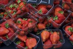 Cestitos de fresas Fotos de archivo