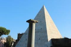 Cestius,罗马金字塔 免版税库存照片