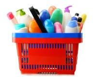 Cesto de compras com os produtos do cuidado e de beleza do corpo sobre o branco Imagem de Stock