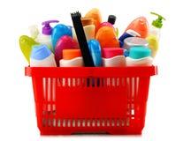 Cesto de compras com os produtos do cuidado e de beleza do corpo sobre o branco Imagem de Stock Royalty Free