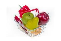 Cesto de compras completamente com os vegetais e os frutos isolados no wh Imagens de Stock
