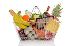 Cesto de compras completamente de alimentos frescos isolados Fotografia de Stock