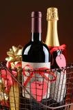 Cesto de compras do fio com presentes dos Valentim Imagem de Stock Royalty Free