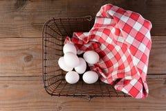 Cesto metallico ed uova Immagine Stock