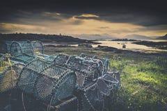 Cestos da pesca do caranguejo na costa escocesa imagens de stock royalty free